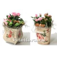 Композиция из роз, каланхоэ и декоративного материала в вазочке или ведерке